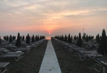 La spiaggia e lo stabilimento bagno giardino stabilimento balneare a pinarella di cervia - Bagno la villa pinarella ...